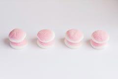 Een paar stukken van roze en witte suikergoed en gelei is op witte bac Royalty-vrije Stock Fotografie
