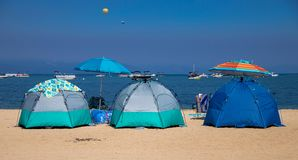 Een paar Tenten op het Strand in Meer Tahoe stock afbeelding