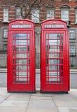 Een paar typische rode telefooncellen in Londen Stock Afbeeldingen