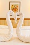 Een paar valse zwaan die van handdoek wordt gemaakt Royalty-vrije Stock Foto