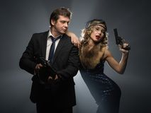 Een paar van gangsters, een man en een vrouw met kanonnen stock foto