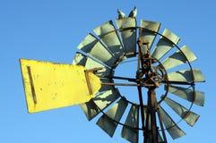 Een paar van kuifduif op windmolen royalty-vrije stock foto's