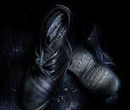 Een paar versleten schoenen van oude mensen Hoogste mening, donkere foto stock foto's