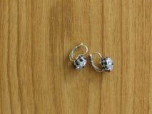 Een Paar Zilveren Oorringen Encrusted met Sapphire Stones royalty-vrije stock afbeelding