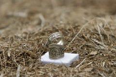 Een paar zilveren tibetan ringen met een ingewikkeld ontwerp royalty-vrije stock fotografie