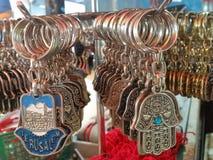 Een paar Zilveren Zeer belangrijke Houders in de vorm van Arabische Hamsa-Amulet met Jeruzalem en Hebreeuws Levend Woord royalty-vrije stock foto's