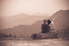 Een Paar zit op het Logboek met Mountain View - Phetchaburi, Thaila Royalty-vrije Stock Fotografie