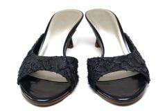 Een paar zwarte hoge dames hielt schoenen met flirts en naakt achterkwart royalty-vrije stock afbeeldingen