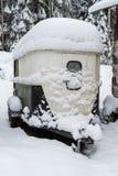 Een paardaanhangwagen in sneeuw wordt behandeld die Stock Afbeelding