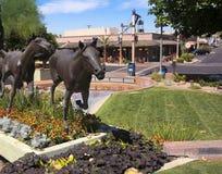 Een Paardbeeldhouwwerk en Oude Stadsboutiques, Scottsdale, Arizona Royalty-vrije Stock Afbeeldingen