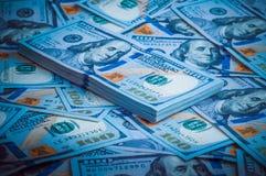 Een pak Amerikaanse dollars op de achtergrond van honderd dollarsrekeningen Blauw ontwerp stock foto's