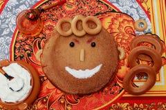 Een pannekoek is grappig op een shrovetide, met slijpsteen en zure room Stock Afbeelding