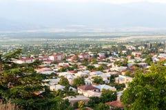 Een panorama van de vallei met de gebouwen van de nieuwe stad van Telavi in Georgië royalty-vrije stock foto's