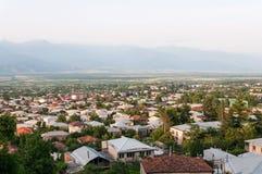 Een panorama van de vallei met de gebouwen van de nieuwe stad van Telavi in Georgië stock afbeelding