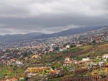 een panorama van Funchal in madera die kleine landbouwbedrijven en landbouw met gebouwen van de stad tonen tegen verre bewolkt royalty-vrije stock foto's
