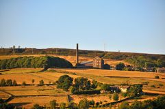 Een panorama van het dorp van oude stad hebden dichtbij brug in West-Yorkshire met de zomerzonneschijn op landbouwbedrijven en ou stock afbeelding