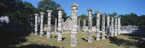 Een panorama van kolommen omringt grasrijke binnenplaats voor ballgames in Chichen Itza, Mayan Ruïnes in het Schiereiland van Yuc stock fotografie