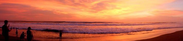 Een panorama van een mooie zonsondergang bij één van de stranden van Canggu, Bali, Indonesië stock fotografie
