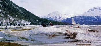 Een panoramamening van privé stralen, vliegtuigen en helikopters in de sneeuwluchthaven in de alpen Zwitserland in de winter Royalty-vrije Stock Afbeeldingen