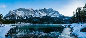 Een panoramisch beeld van Zugspitze zoals die in Eibsee wordt nagedacht royalty-vrije stock afbeeldingen
