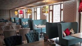Een panoramisch schot van de zaal van het restaurant stock footage