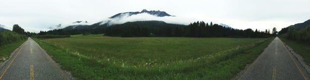Een panoramisch schot van wegen met een berg in het midden stock afbeeldingen
