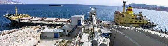 Een panoramische banner van een groot vrachtschip in het Egeïsche Overzeese die dok, in Milos-eiland, Griekenland wordt gevestigd Royalty-vrije Stock Foto's