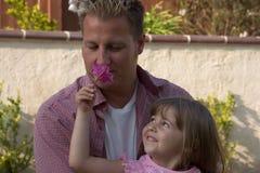 Een papa en zijn dochter stock foto's