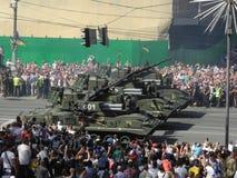 Een parade van militaire hardware in Kiev in de Oekraïne 2018 stock afbeelding