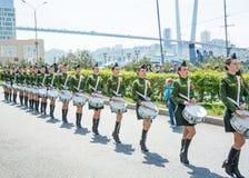 Een parade van vrouwen met de trommels in militaire eenvormig, het marcheren 9 mei, het jaar van 2017 Vladivostok, Rusland Stock Fotografie
