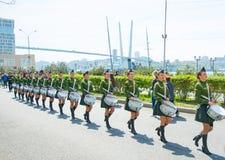Een parade van vrouwen met de trommels in militaire eenvormig, het marcheren 9 mei, het jaar van 2017 Vladivostok, Rusland Royalty-vrije Stock Foto