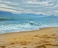 Een paradijselijk Strand in een clpudy dag Stock Fotografie