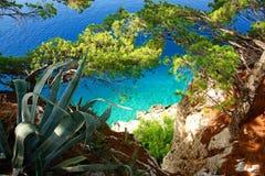 Een paradijsstrand hierboven wordt gezien dat van, groene vegetatie. Stock Afbeeldingen