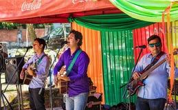 Een Paraguayaanse levende band zingt op de Duitse markt in San Bernadino, die elke Zaterdag plaatsvindt stock foto's