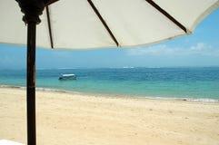 Een Paraplu die de Blauwe Oceaan overzien royalty-vrije stock foto
