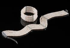 Een parelarmband en een halsband stock afbeelding
