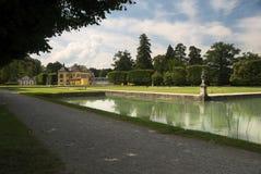 Een park die het Hellbrunn-Paleis omringen Het paleis is gevestigd zuiden van Salzburg, Oostenrijk royalty-vrije stock afbeeldingen