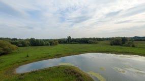 Een park in recent September, mening van een meer bij recente middag Royalty-vrije Stock Foto
