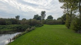 Een park in recent September, mening van een rivier Stock Foto