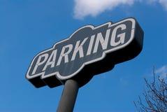 Een parkerenteken op een heldere blauwe hemel Royalty-vrije Stock Foto's