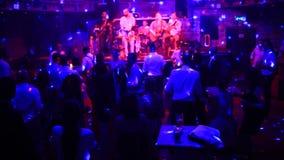 Een partij in een nachtclub Het dansen menigte Licht en glans van onderzoek stock videobeelden