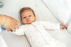 Een pasgeboren baby ligt in het kinderdagverblijf op het bed royalty-vrije stock foto