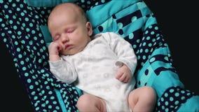 Een pasgeboren babyslaap stock videobeelden