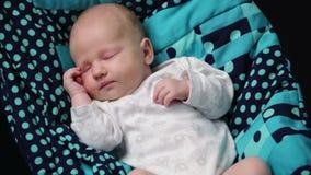 Een pasgeboren babyslaap stock video