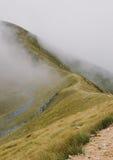 Een passage door de wolken in de bergen Stock Foto