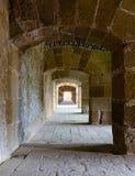 Een passage onder een oude citadel in Alexandrië, Egypte stock foto