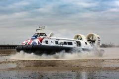 Een Passagiershovercraft komt bij Ryde-Haven in het Eiland Wight, van Plymouth het UK aan stock foto