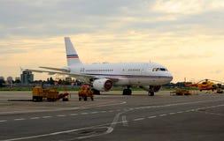 Een passagierslijnvliegtuig in het parkeerterrein stock afbeeldingen