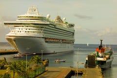 Een passagiersschip bij kingstownhaven in de Caraïben stock afbeelding