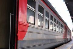 Een passagierstrein bevindt zich in de post zonder passagiers stock foto's